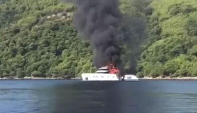 Foto: Un yacht de lux, nou-nouț, a fost distrus de incendiu