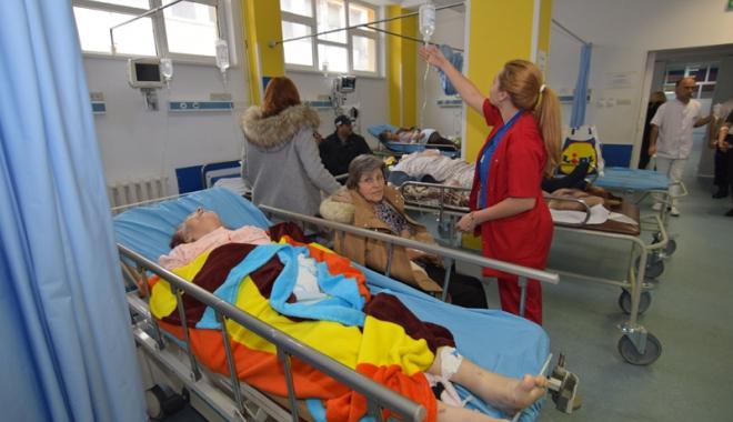 Foto: Urgenţa, sufocată de constănţeni care au mâncat şi au băut în neştire