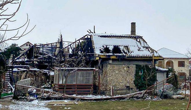 Incendiul care a mistuit o clădire în Vama Veche, pus intenționat? Se strâng donații pentru ajutarea păgubiților - urmariincendiu2-1613414476.jpg