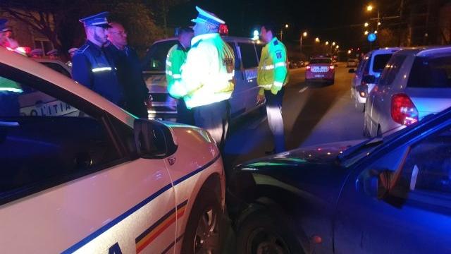 """Foto: Urmărire ca-n filme! Zeci de focuri de armă trase asupra unui """"șofer"""" care a condus kilometri întregi pe jantă"""