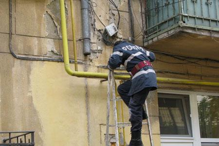 Foto: Pompierii intervin �n acest moment pentru deblocarea unei uși