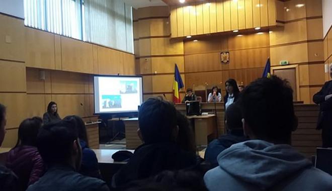 """Foto: """"Uşi deschise"""" liceenilor  la Tribunalul Constanţa"""