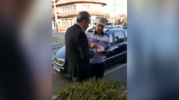 Foto: Darius Vâlcov, amendat de Poliție, după ce și-a parcat mașina într-o intersecție