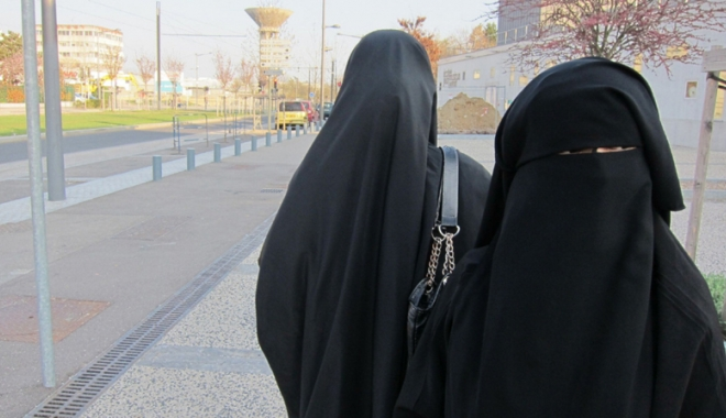 Foto: Interzicerea vălului islamic la locul de muncă este legală