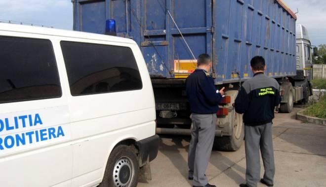 Foto: Vameşii constănţeni au confiscat mărfuri contrafăcute în valoare de peste 100.000 euro