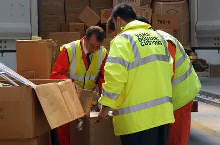 Foto: Vameșii constănțeni au confiscat mărfuri contrafăcute în valoare de 663.720 euro