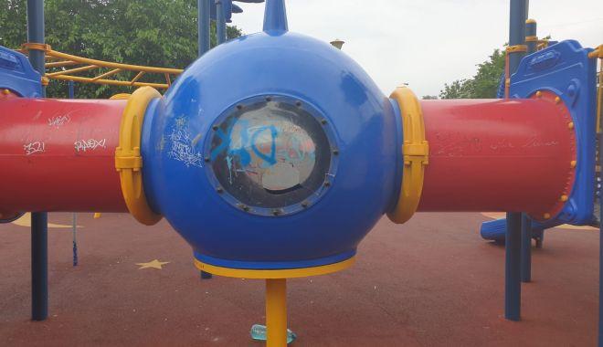 Locuri de joacă vandalizate la Constanța! Primăria depune plângeri penale - vandalizare1-1594389007.jpg