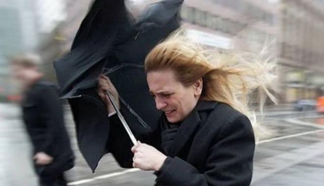 Foto: Atenţie, rafale puternice de vânt, în următoarele ore, la Constanţa şi în localităţile costiere. Meteorologii au emis cod galben