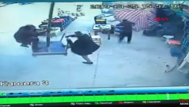 Foto: VIDEO DRAMATIC! Un turc a fost luat de vânt cu tot cu umbrela parasolar