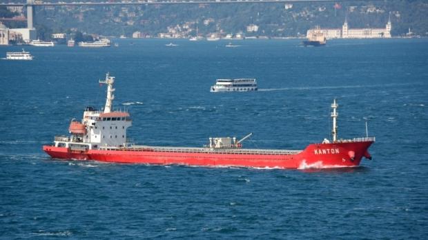 Foto: Un vas-cargo s-a scufundat. Douăsprezece persoane au fost rănite
