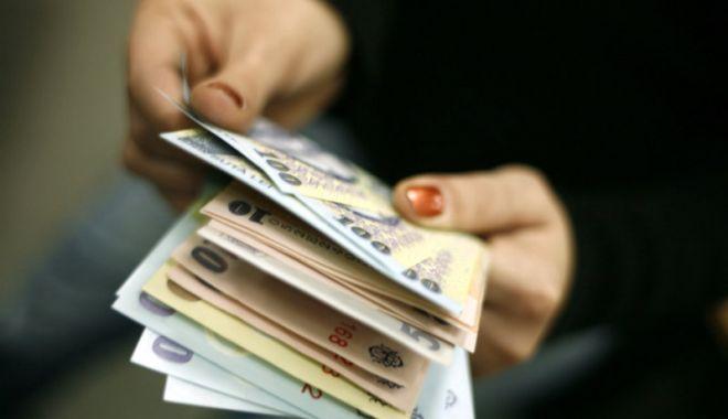 Foto: Veniturile unei gospodării de români sunt sub 1.000 de euro pe lună