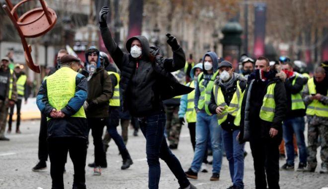 """Foto: Confruntări violente în Franța. """"Vestele galbene"""" au ieșit din nou în stradă"""