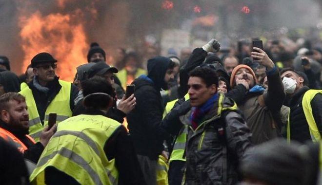 """Foto: Mii de """"veste galbene"""" protestează din nou în oraşele din Franţa"""