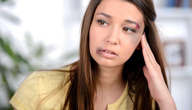 Foto: Femei bătute măr de soţii agresivi. Unde se pot duce victimele violenţei domestice