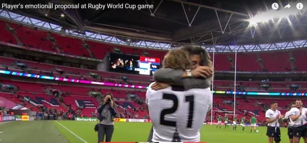 Foto: Imagini emoţionante. Un rugbist român a cerut-o în căsătorie pe iubita sa, pe stadionul Wembley