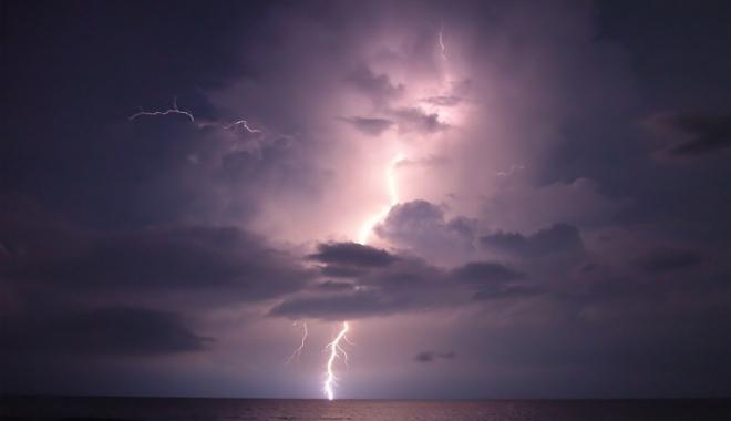 Foto: SE STRICĂ VREMEA! Ploi torenţiale, vijelii şi grindină, din această după-amiază