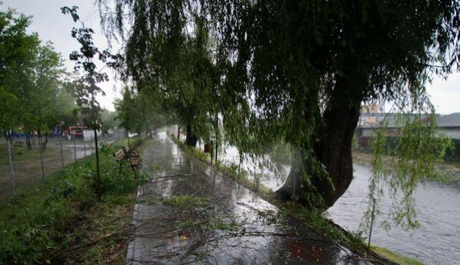 Foto: COD GALBEN de vreme severă: Ploi, grindină şi vijelii în aproape jumătate de ţară