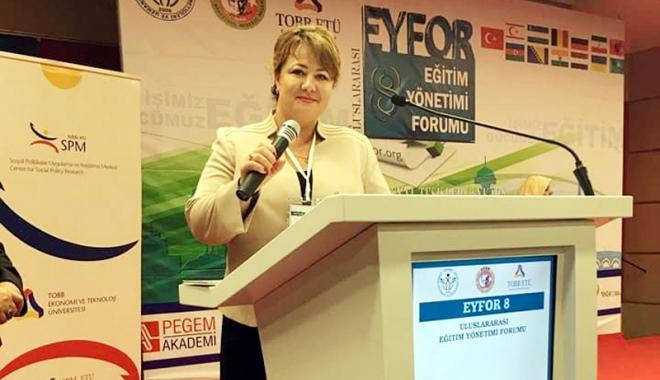 Foto: Vildan Bormambet, de la UDTR, prezentă la Forumul pentru Educaţie de la Ankara