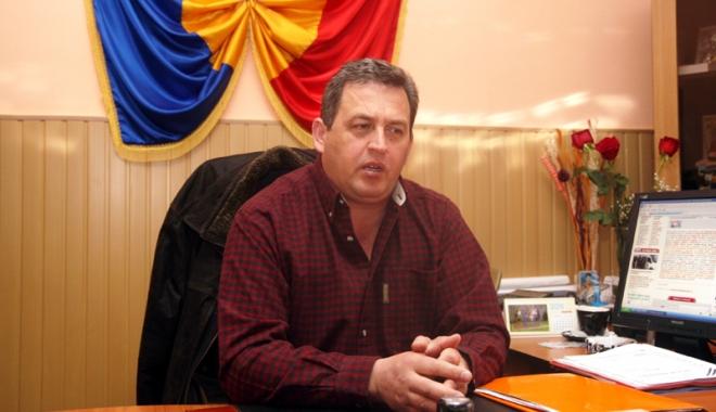 Foto: Dispută politică. Liberalii aruncă săgeţi prefectului Adrian Nicolaescu, după ce le-a demis un primar