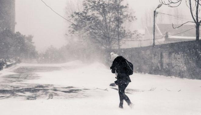 Foto: Drumuri închise din cauza ninsorilor şi a viscolului. Manevrele în porturile de la Marea Neagră au fost suspendate