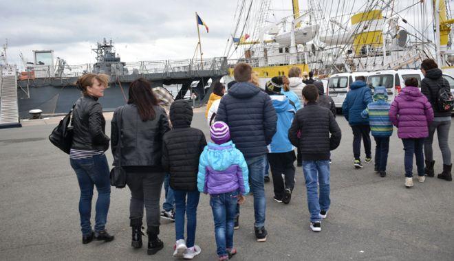 """Foto: Copii necăjiţi, în vizită pe bricul """"Mircea"""""""