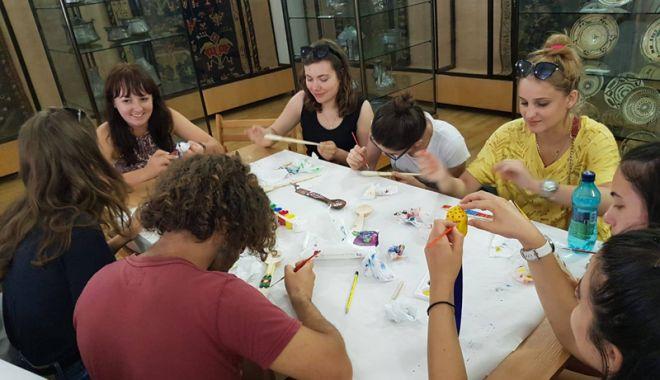 Foto: Studenţii străini  au învăţat să facă  linguri din lemn