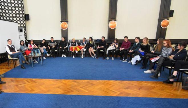 Viceprimarul Costin Răsăuțeanu, gazdă pentru tinerii europeni implicați în programul Erasmus+ - vizitaprimarie-1553552986.jpg
