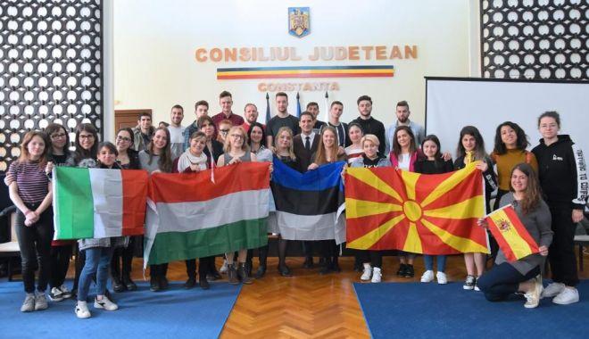 Foto: Viceprimarul Costin Răsăuțeanu, gazdă pentru tinerii europeni implicați în programul Erasmus+