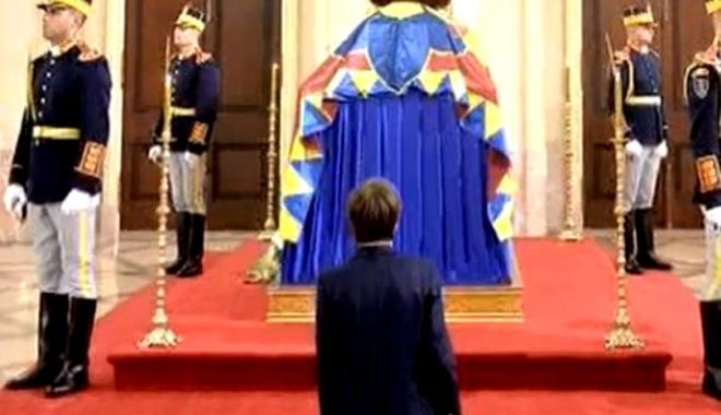 Cine este băiatul care a îngenuncheat la catafalcul Regelui Mihai - vladdragne-1513890253.jpg