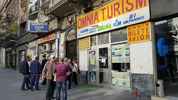 Foto: Persoanele prejudiciate de Omnia Turism, despăgubite