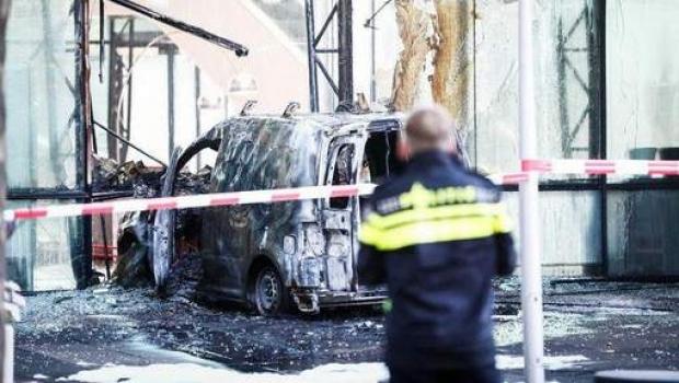 Foto: Atentat în Olanda: O maşină în plină viteză s-a proiectat în sediul unei redacţii de presă din Amsterdam