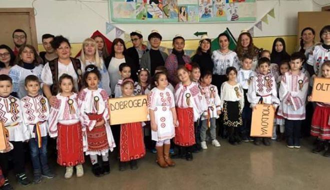 """Foto: Voluntarii străini le-au dat lecţii elevilor de la Şcoala """"Mihail Coiciu"""""""