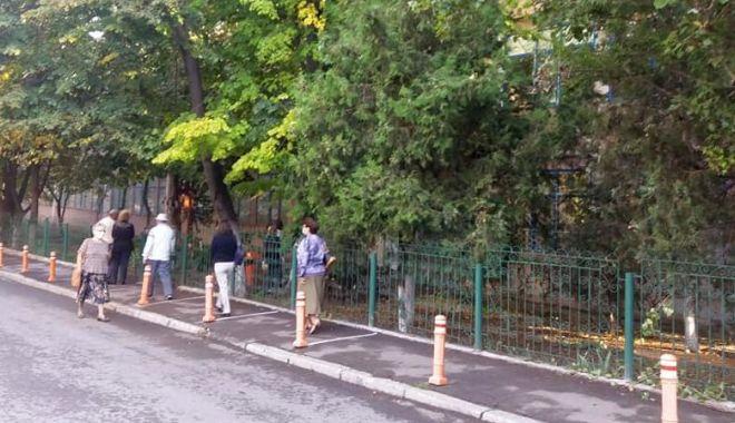 """Foto: Cum se votează la Şcoala Gimnazială """"Dimitri Ştiubei"""", secţiile de votare nr. 125 - 129."""