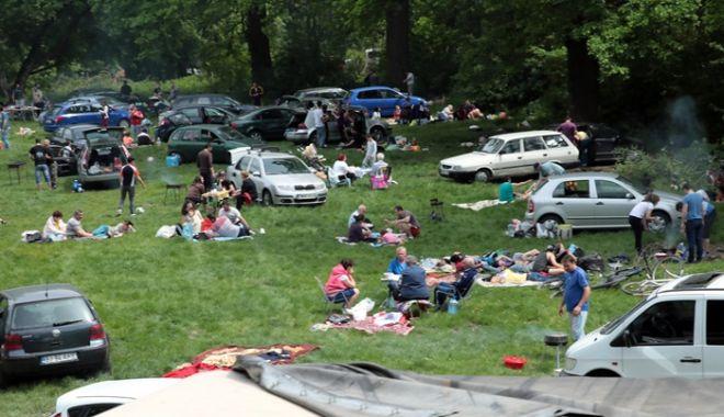 Foto: 1 Mai sau Armindenul, ziua în care se petrece la iarbă verde