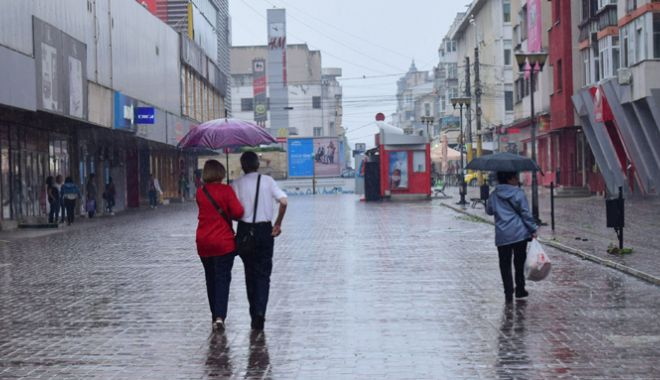 Foto: Furtuni şi ploi torenţiale, astăzi, la Constanţa