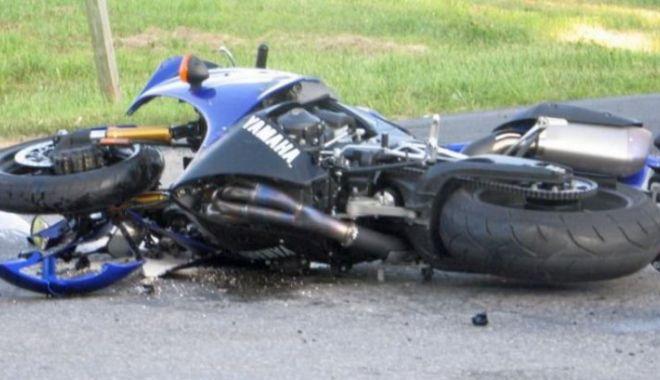 Foto: Accident cumplit! Un motociclist a fost spulberat de o maşină. Tânărul a decedat!