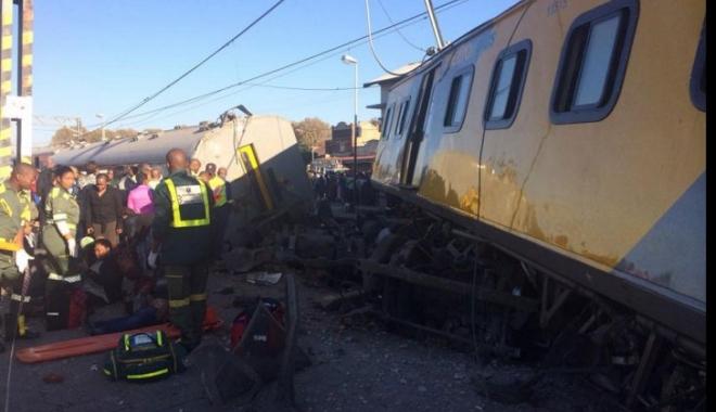 Foto: Două trenuri s-au ciocnit frontal. Peste 200 de răniți