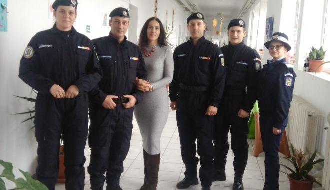 Foto: Jandarmii din Constanţa, alături de copiii cu nevoi speciale