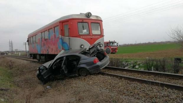 Foto: Autoturism lovit de tren! Şoferul maşinii a murit pe loc