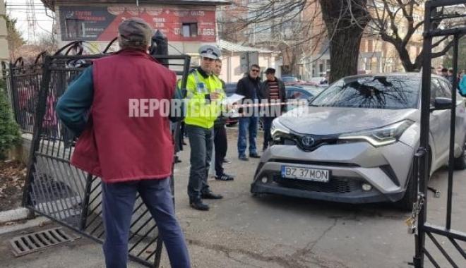 Foto: O maşină a intrat într-un grup de persoane, CHIAR ÎN FAŢA ŞCOLII! Planul roşu de intervenţie, activat