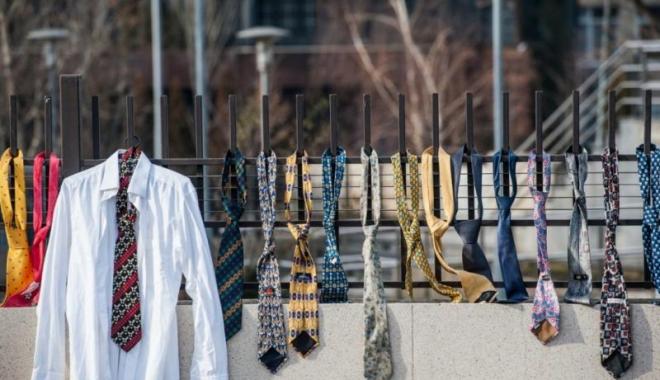 Foto: REACŢIE PE MĂSURĂ! Motivul pentru care au fost agăţate 300 de cravate pe gardul guvernului