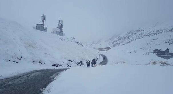 Aproximativ 60 de turiști au rămas blocați pe platoul Bucegi - zapada-1511890367.jpg