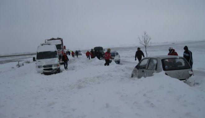 Foto: Locuitorii din Lanurile şi Ciocârlia, blocaţi în zăpadă