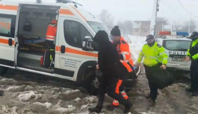 VIDEO / GRAVIDĂ ÎNZĂPEZITĂ la Tariverde. Polițiștii de la Corbu i-au sărit în ajutor! - zapada-1611747599.jpg
