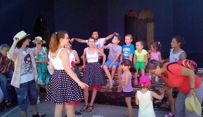 """Foto: Copiii îşi pot stimula imaginaţia şi creativitatea cu trupa """"Zbumzzi"""""""