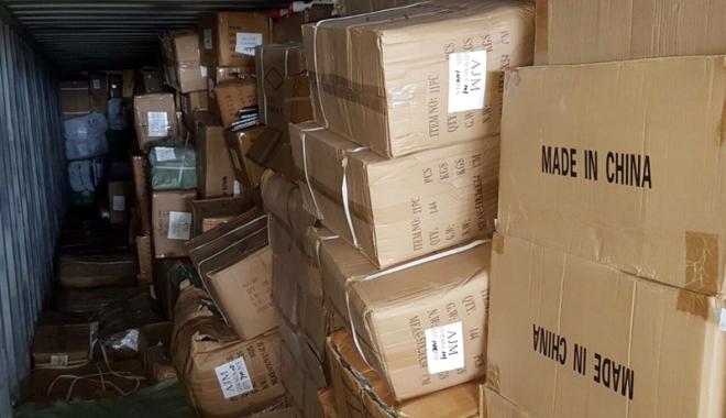 Foto: Zeci de mii de produse contrafăcute şi nedeclarate, confiscate în Portul Constanţa