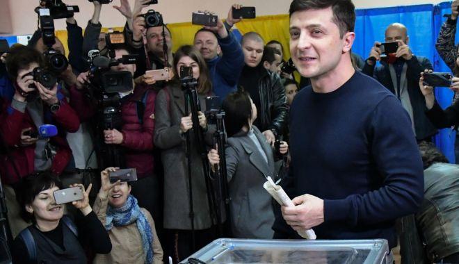 Foto: Zelenski conduce în sondaje, înaintea turului doi