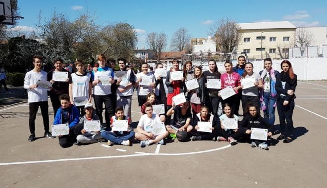 """Foto: Zi de sărbătoare  la Şcoala """"Gheorghe Ţiţeica"""""""