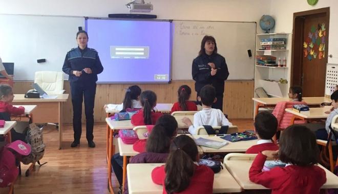 Foto: Ziua Internaţională a Drepturilor Copilului,  marcată de elevi alături de poliţişti