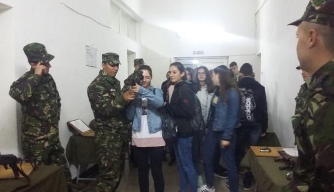 """Foto: Ziua Armatei în şcoli. Elevii de la Liceul """"Nicolae Bălcescu"""" din Medgidia au vizitat o unitate militară"""